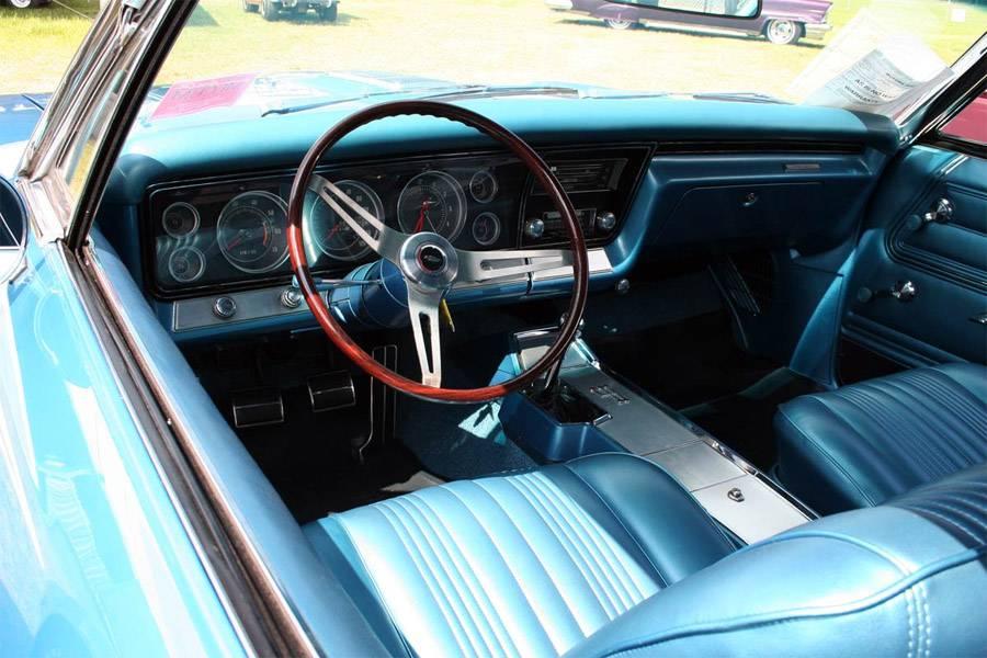 Фото салона Chevrolet Impala 1967-го года с механической коробкой