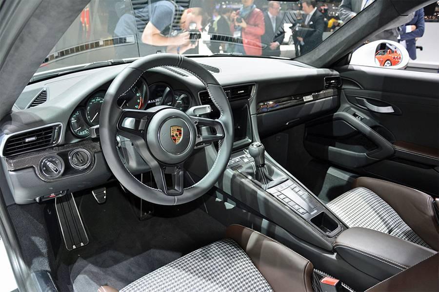 Фото интерьера Porsche 911 R 2016-2017 года