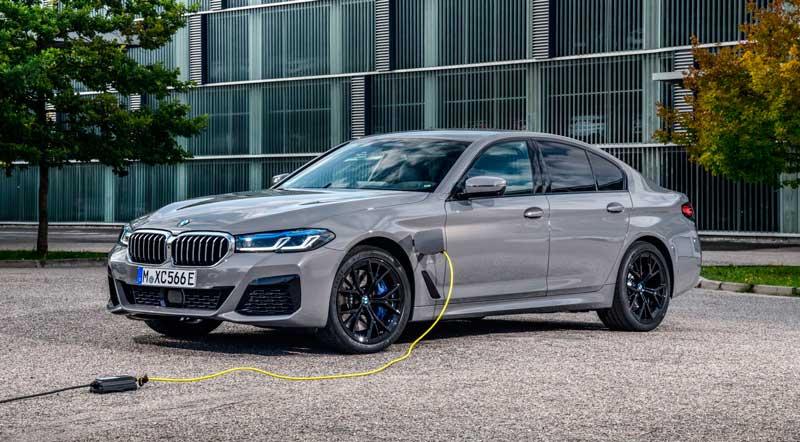 Бензоэлектрический седан BMW 545e xDrive Hybrid PHEV 2021