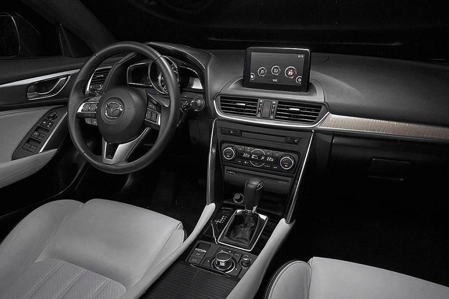 Фото интерьера Mazda CX-4 2016-2017 года