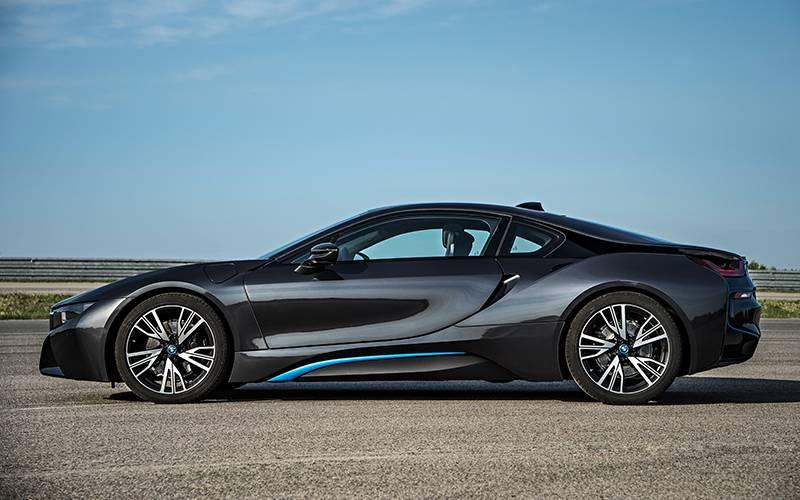 Фото гибридного BMW i8 (вид сбоку)
