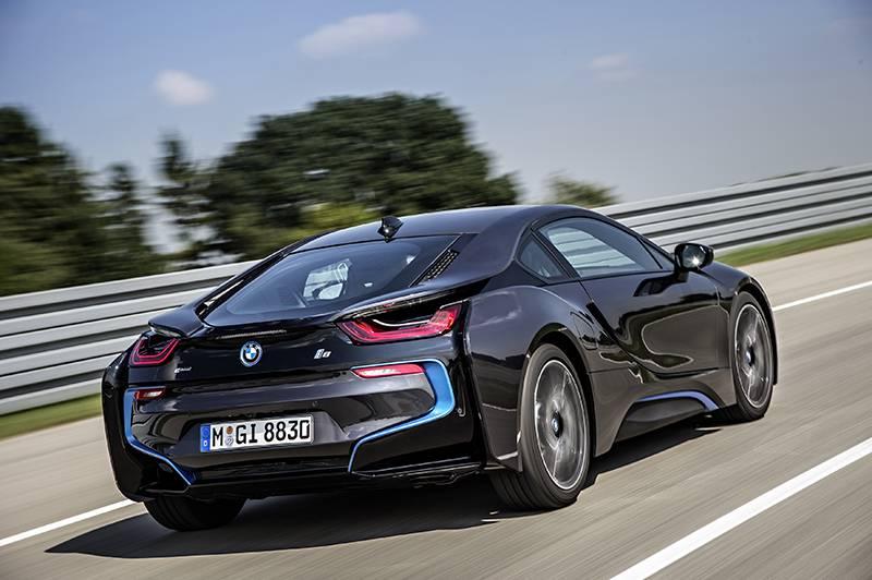 Фото гибридного BMW i8 (вид сзади)