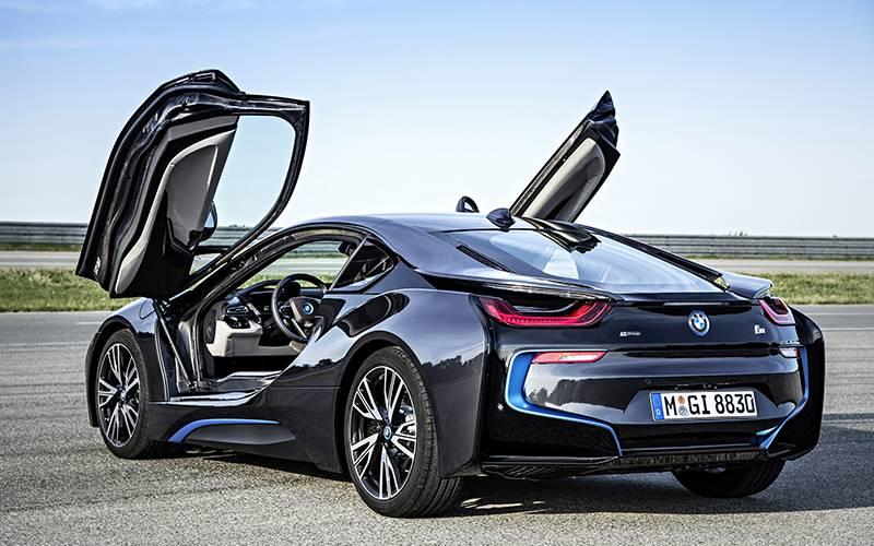 Фото гибридного BMW i8 с открытыми дверями