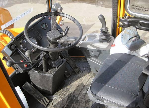 Амкодор 333В - фото кабины