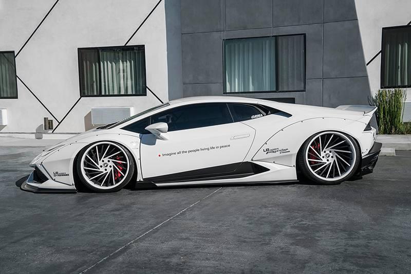 Фото Lamborghini Huracan с тюнингом от Liberty Walk (вид сбоку с черно-белым дизайном колесных дисков)