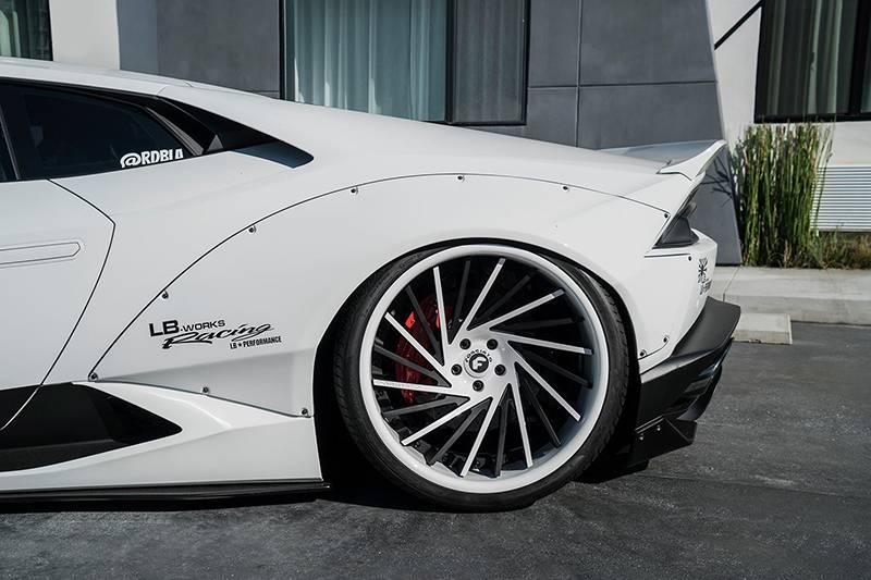 Фото Lamborghini Huracan с тюнингом от Liberty Walk и колесами от Forgiato