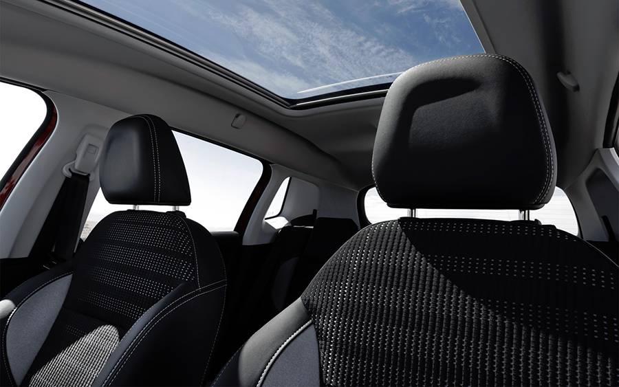 Интерьер Peugeot New 2008 2016-2017 года - фото