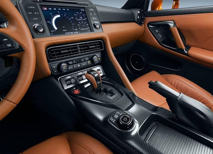 Фото интерьера Nissan GT-R 2016-2017 года