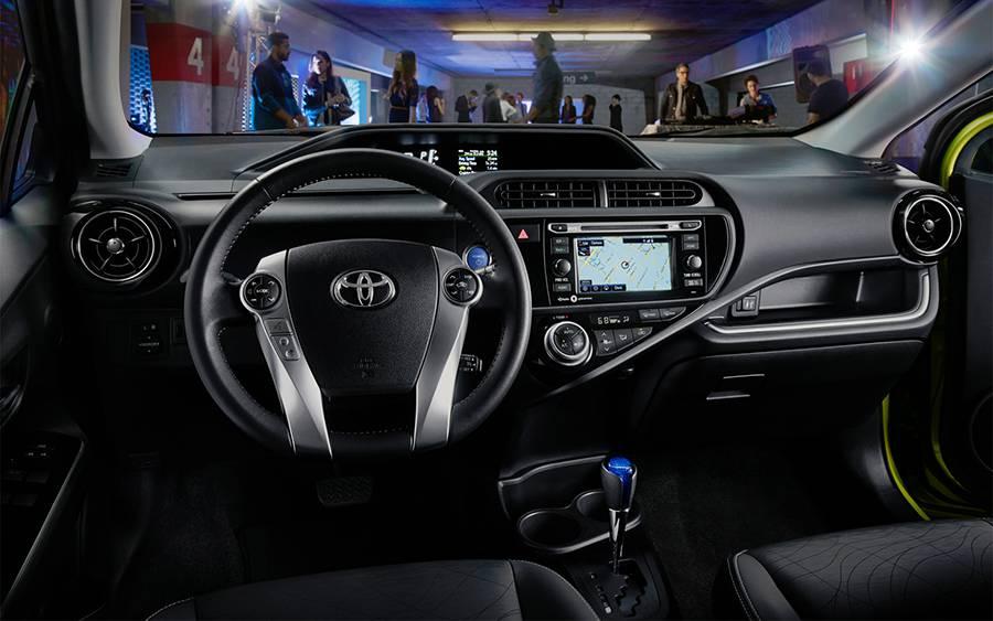 Салон Toyota Prius C 2015-2016 года - фото