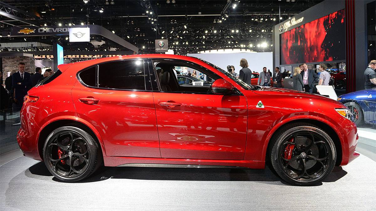 фото Alfa Romeo Stelvio 2017-2018 года вид сбоку