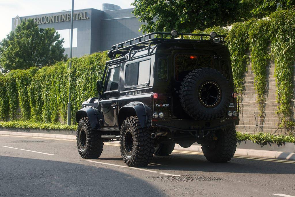 фото Land Rover Defender от ателье Tweaked Automotive вид сзади
