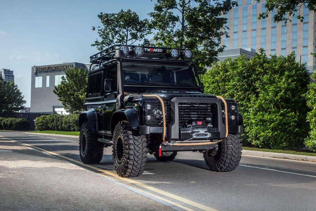 фото Land Rover Defender от ателье Tweaked Automotive вид спереди