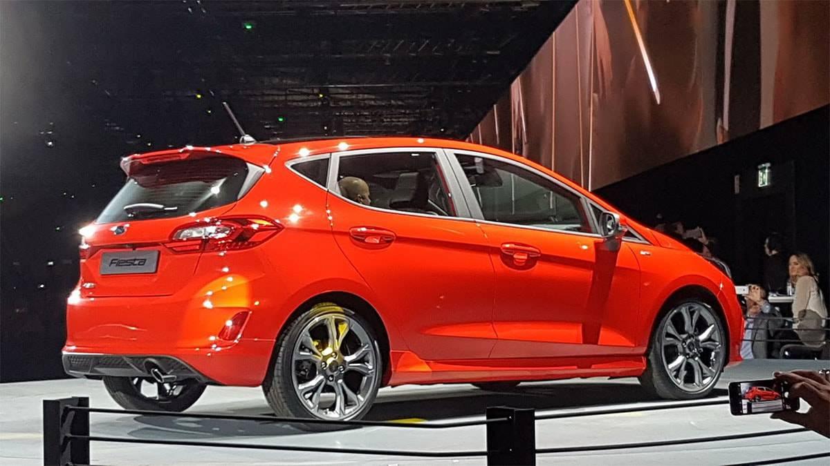 фото Ford Fiesta 2017-2018 года в четырехдверном кузове вид сзади