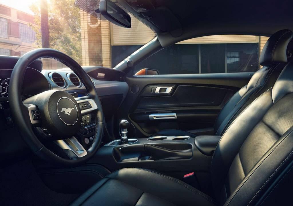 фото интерьера Ford Mustang 2017-2018