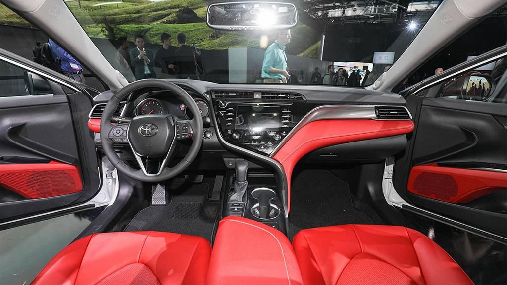 фото салона Toyota Camry 2017-2018