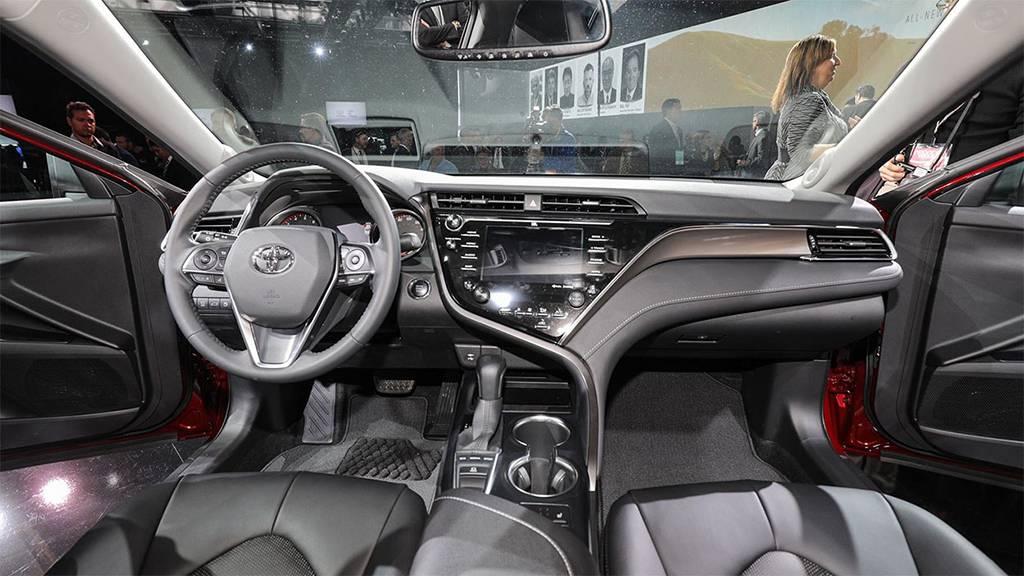 фото интерьера Toyota Camry 2017-2018