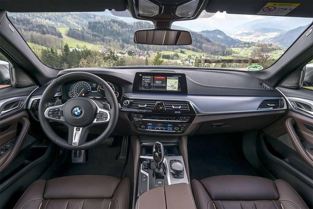 интерьер BMW M550i xDrive 2017-2018 года