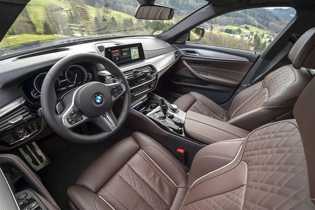 салон с высококачественными материалами BMW M550i xDrive 2017-2018 года